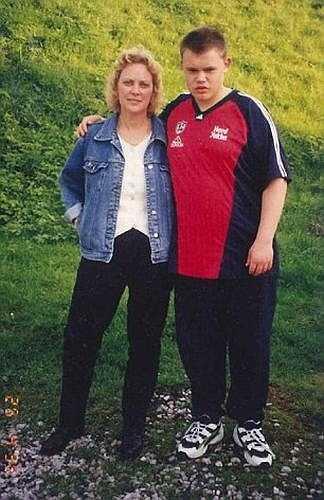 Carl tìm đến thức ăn để đối phó với nỗi đau của mình. Chỉ sau 3 năm, cân nặng của Carl từ 190kg đã tăng lên gấp đôi khiến anh không thể di chuyển được nữa.