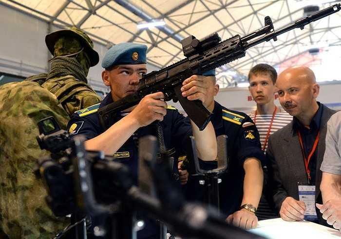 Binh sỹ ngắm thử súng trường AK-12
