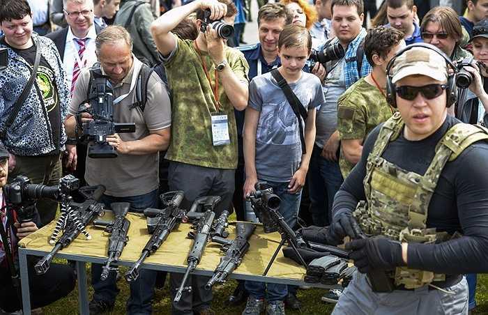 Các vũ khí của Kalashnikov trước khi bắn trình diễn