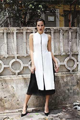 Trong bộ ảnh mới, Phương Mai diện trang phục tối giản với hai màu đen trắng nhưng rất sang và quyến rũ.