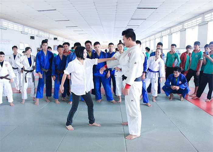 Các nghệ sỹ đã đến thăm đội tuyển bơi lội Việt Nam, giao lưu với kình ngư Nguyễn Thị Ánh Viên; Đội tuyển điền kinh; Đội tuyển Judo.