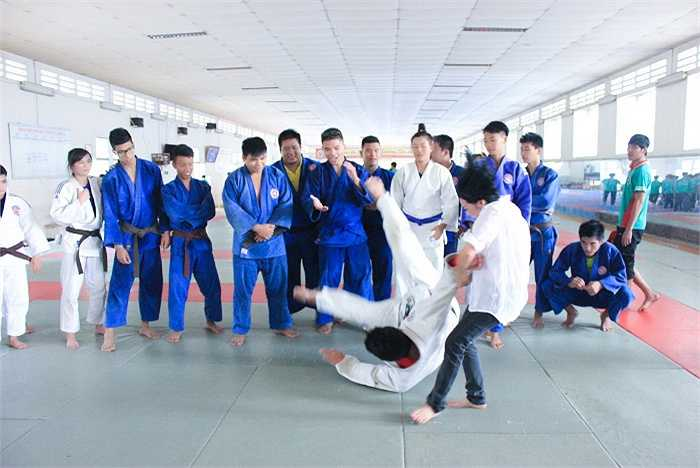 Phương Thanh, Thu Thảo và Duy Linh háo hức học võ cùng các vận động viên.