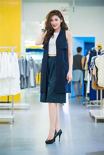Á hậu Tú Anh khéo léo mix áo crop top bên trong, khoe eo thon và phong cách thời trang phóng khoáng.