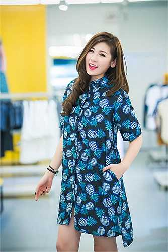Tú Anh chia sẻ, những trang phục cô mặc thuộc thương hiệu EMIGO của công ty CP VinFashion, một thành viên của Tập đoàn Vingroup được ra đời với 'tham vọng' trở thành thương hiệu thời trang Việt Nam thỏa mãn nhu cầu mặc đẹp và văn minh.