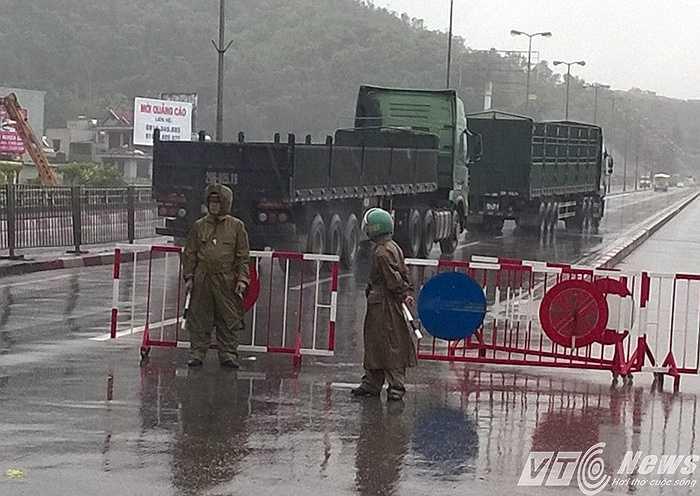 Từ 8h30' sáng nay (24/6), các lực lượng chức năng tỉnh Quảng Ninh đã thông báo và chốt chặt cấm lưu thông qua cầu Bãi Cháy đối với các phương tiện xe thô sơ, xe mô tô, xe gắn máy, để đảm bảo an toàn trong khi mưa bão.