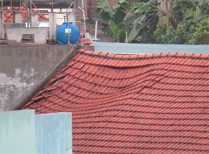 Một mái nhà tập thể đang bị sụt, có nguy cơ sập đổ.