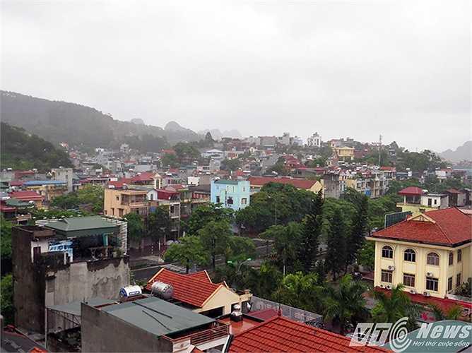 Tại khu vực trung tâm TP Hạ Long, thỉnh thoảng có những đợt mưa giông kèm theo gió giật, bầu trời mây vần vũ, u ám.