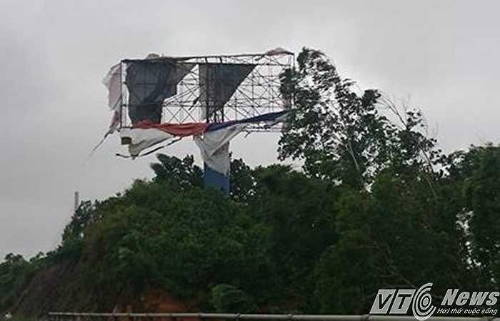 Một biển quảng cáo lớn bên cầu Bãi Cháy bị gió bão đánh tan nát.