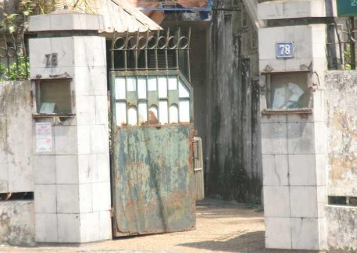 Cửa sắt hoen rỉ theo thời gian