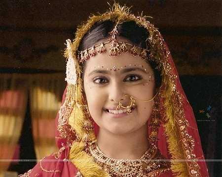 Nhân vật nữ chính Anandi lúc nhỏ được hóa trang và diện những bộ trang sức cầu kỳ, từ khăn trùm đầu đến vòng cổ, khuyên mũi, vòng đeo trên trán. Cách điểm những chấm đỏ và trắng quanh vùng mắt của cô cũng khiến khán giả thích thú.