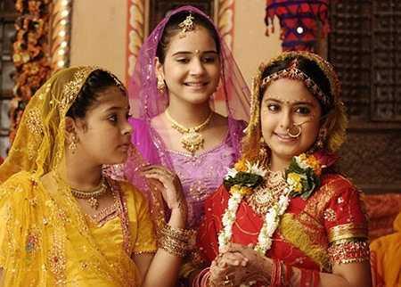 Không chỉ nhân vật chính Anandi (ngoài cùng bên phải), các diễn viên phụ cũng được phục trang tỉ mỉ từ đầu tóc tới quần áo và trang sức theo kiểu ton-sur-ton.
