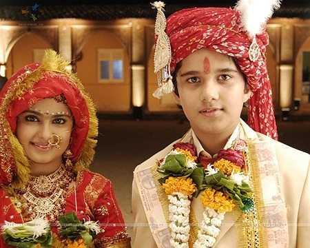 Chỉ riêng chi tiết đám cưới của cô bé 8 tuổi Anandi cũng tốn rất nhiều trang sức cho hai nhân vật chính.