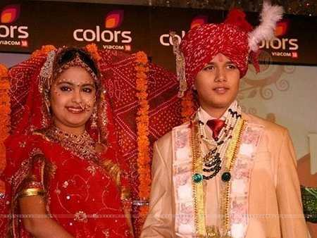 Theo phong tục của Ấn Độ, cô dâu, chú rể phải mặc những bộ quần áo theo đúng nghi lễ, đeo những trang sức được thiết kế tinh xảo nhất, trùm khăn đội đầu, vẽ mặt như một cách trang điểm trong ngày trọng đại.