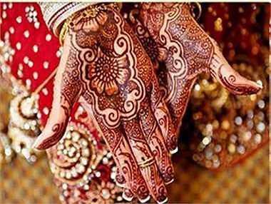 Tục vẽ Mehendi giống như một cách xăm mình nhưng không hề đau đớn và cũng giữ được một thời gian. Đây là một trong những cách trang điểm trên cơ thể của cô dâu Ấn Độ, mang ý nghĩa biểu tượng cho hạnh phúc và may mắn.