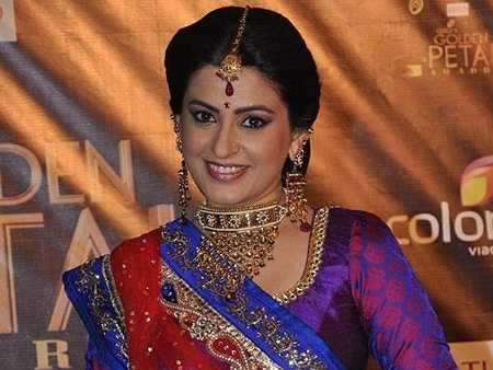 Chỉ tính riêng trang sức đeo trên người cũng khiến một nhân vật nữ giới trong phim phải thấy mệt. Nhưng điều đó lại thể hiện sự giàu có, hạnh phúc theo quan điểm thẩm mỹ của người Ấn Độ. Khuyên tai, vòng cổ, ngọc trai đính trên trán đều được thiết kế tinh xảo thành dạng chùm, to bản.