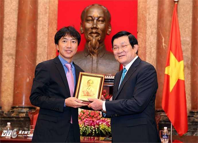 Chủ tịch nước đã tặng các thành viên trong đoàn TTVN món quà lưu niệm là tấm ảnh Bác Hồ. (Ảnh: Quang Minh)