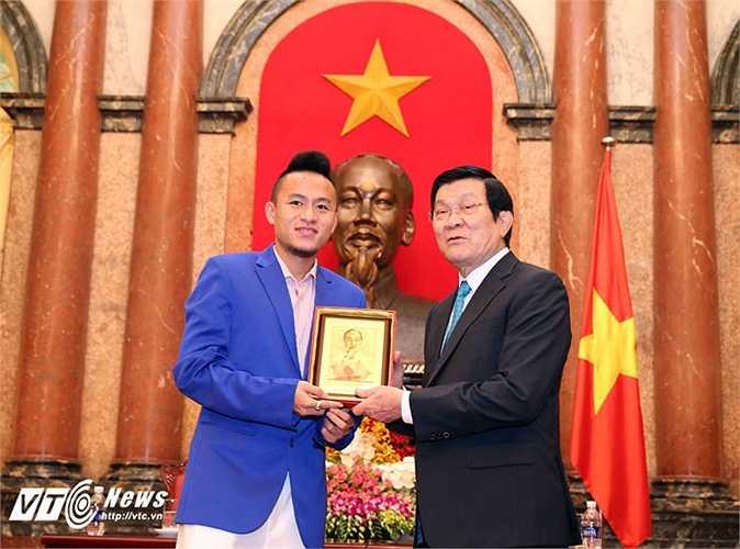 Tiền vệ Huy Toàn nhận quà tặng từ Chủ tịch nước.(Ảnh: Quang Minh)