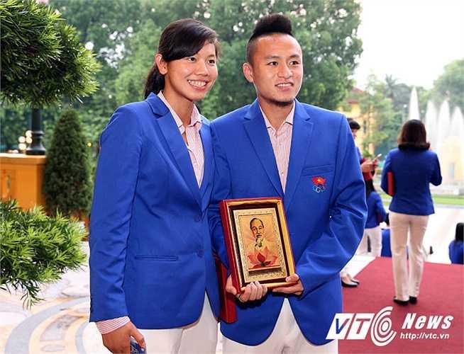 Huy Toàn, Ánh Viên hạnh phúc với phần thưởng từ Chủ tịch nước. Ánh Viên cũng nhận huân chương lao động hạng nhì tại lễ vinh danh ở Nhổn tối nay.(Ảnh: Quang Minh)