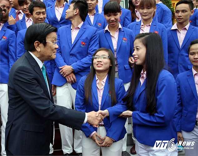 Chủ tịch nước dành những lời khen, thăm hỏi các vận động viên vừa thi đấu xuất sắc trở về.(Ảnh: Quang Minh)