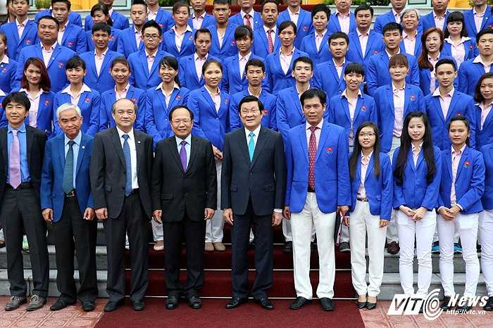 Cuộc gặp còn có sự có mặt ông Hoàng Tuấn Anh  - Bộ trưởng Bộ VH-TT-DL, ông Trần Đức Phấn- trưởng đoàn TTVN tại SEA Games 28, ông Lê Hùng Dũng - chủ tịch Liên đoàn Bóng đá VN. (Ảnh: Quang Minh)