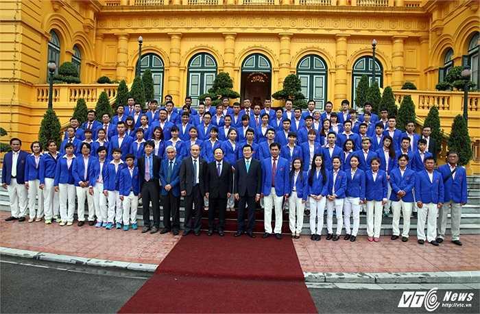 Đại diện cho đội bóng đá nam là HLV Miura cùng Huy Toàn, Quế Ngọc Hải vinh dự được có mặt trong cuộc gặp này.(Ảnh: Quang Minh)