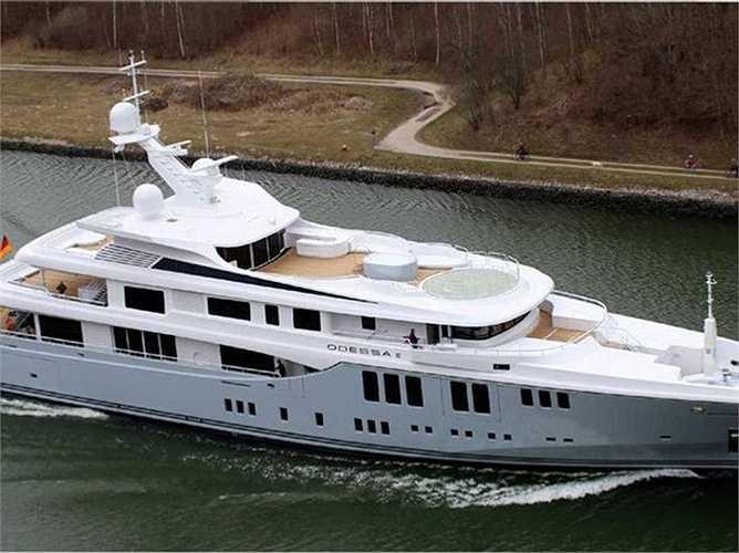 Trong lúc diễn ra liên hoan phim Cannes, ông tổ chức những bữa tiệc trên du thuyền cùng với đối tác