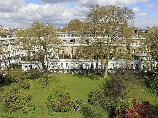 Ông cũng sở hữu bất động sản ở khu Kensington Palace Gardens - nơi có nhiều người giàu sinh sống. Căn hô của ông sau nhiều lần cải tạo đã có giá hơn 300 triệu USD