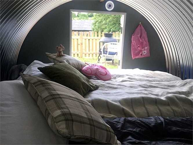 Giá thuê 45 bảng/đêm bao gồm cả chơi với lợn và bữa sáng. Nếu khách chỉ nghỉ đêm có giá 25 bảng Anh