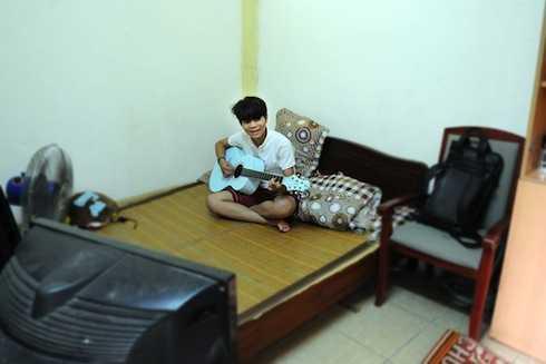Quang Anh thích thú với căn phòng trọ mới ở Hà Nội.