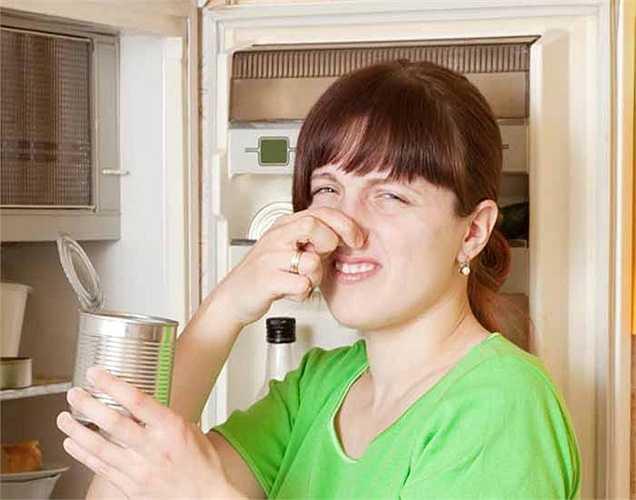 Thức ăn thừa để lâu ở tủ lạnh: Kiểm tra tủ lạnh của bạn và xem có bao nhiêu thức ăn thừa là ở đó, bạn nên làm sạch tủ lạnh mỗi tuần. Vứt bỏ các thực phẩm hỏng gây hại sức khỏe.