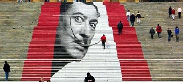 Chân dung họa sĩ của những tác phẩm siêu thực Salvador Dalí trên Rocky steps, 72 bậc đá để bước lên cửa chính của Philadelphia Museum of Art, Pennsylvania