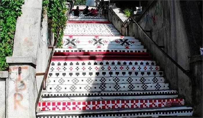 Tác phẩm nghệ thuật trên bậc thang ở Targu Mures, Romania