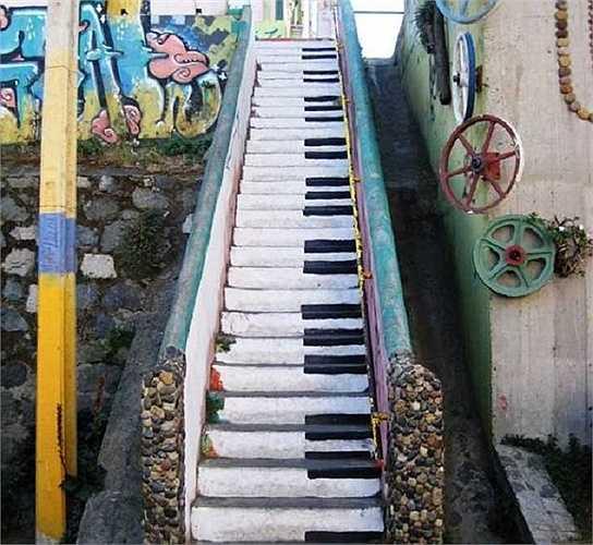 Những phím đàn trên bậc cầu thang ở Valparaiso, Chile