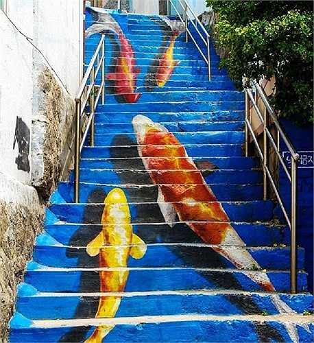 Những con cá 'bơi' trên bậc thang ở công viên Naksan, Seoul, Hàn Quốc