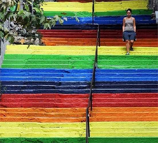 Bậc thang 'cầu vồng' nhiều màu sắc ở thủ đô Istanbul, Thổ Nhĩ Kỳ