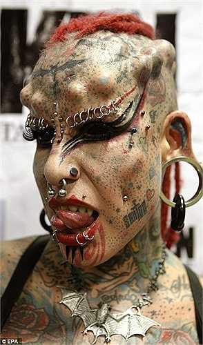 Maria Jose Christerna từ Mexico nổi tiếng với biệt danh The Vampire Woman (Ma cà rồng) bởi chi chít hình xăm trên người.
