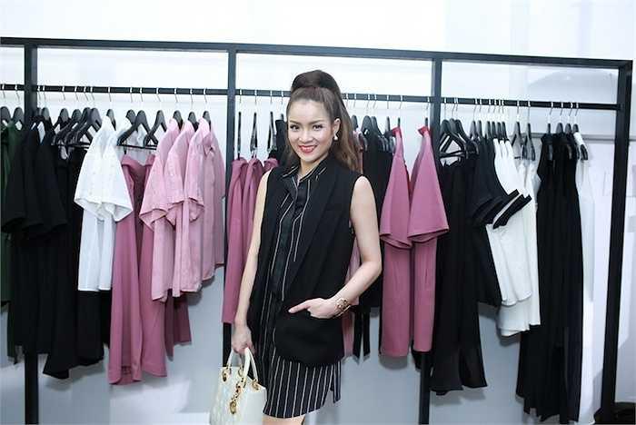 Khác với gu thời trang gợi cảm thường thấy, cô chọn cho mình một chiếc áo váy dáng suông Windy Tunic họa tiết kẻ sọc, mặc kèm với áo khoác không tay tiệp màu.
