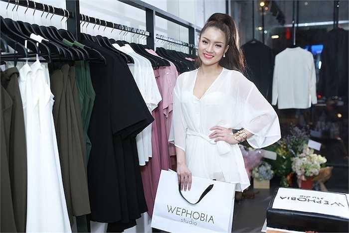 Ngoài ra, cô còn chọn thêm một chiếc áo hai dây phối vải độc đáo, khoác nhẹ với áo Flowing Kimono thắt đai cùng quần ống rộng Loose Fit Trousers.