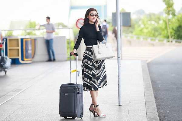 Á hậu Diễm Trang đã cùng mẹ xuất hiện tại sân bay quốc tế Tân Sơn Nhất, cô đi công tác nước ngoài một thời gian ngắn.