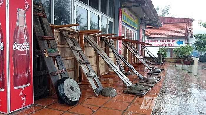 Đến 15h hôm nay (24/6), gió bắt đầu giật mạnh tại khu vực biển Đồ Sơn (Hải Phòng). Trong khi đó, người dân vẫn đang cố gắng chằng chéo nhà cửa, hàng quán trước khi bão đổ bộ vào đất liền.
