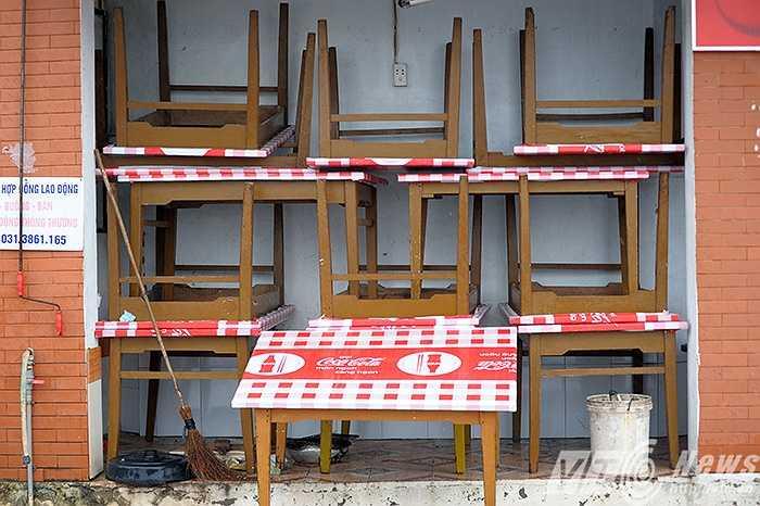 Bàn ghế được thu gọn tránh thiệt hại trong cơn bão.