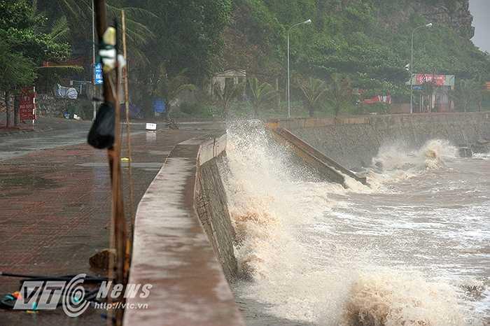 Sóng đánh cao hàng mét tại biển Đồ Sơn