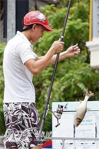 Trong buổi sáng 25/6, rất đông người dân đã tụ tập tại khu vực cầu Lạc Trung (Hai Bà Trưng, Hà Nội) để đánh bắt cá.