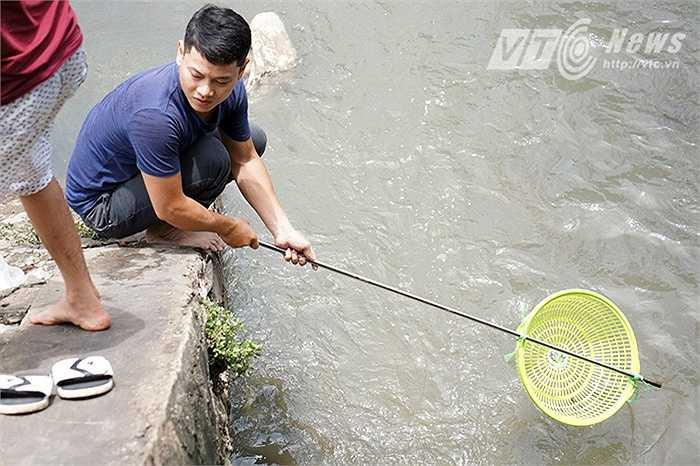 Rất nhiều công cụ đã được người dân tự chế để đánh bắt cá như dùng que xuyên qua một cái rổ để làm vợt.