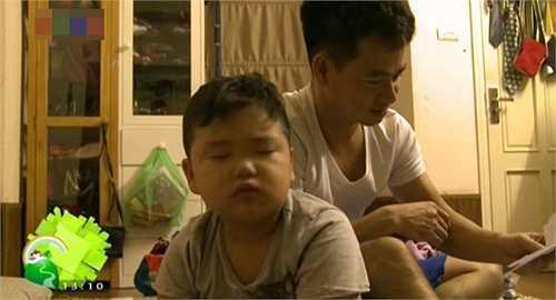 Trong vài giây giới thiệu cuối chương trình trước, bé Bi nhà Xuân Bắc xuất hiện với đôi mắt còn ngái ngủ cùng vẻ ngoài bụ bẫm, rất đáng yêu.