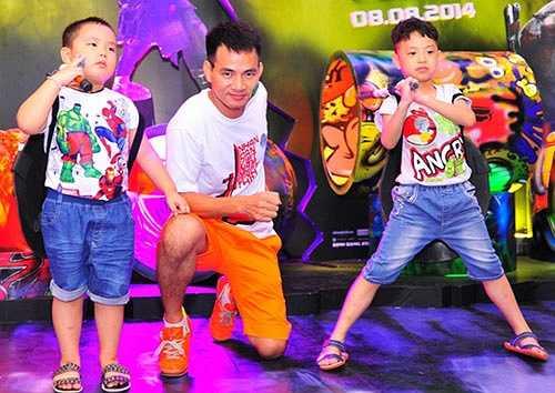 Xuân Bắc vốn nổi tiếng là một nghệ sĩ hài đa – zi – năng và có một tổ ấm hạnh phúc cùng hai cậu con trai kháu khỉnh là bé Bủm (tay phải) và bé Bi (tay trái).