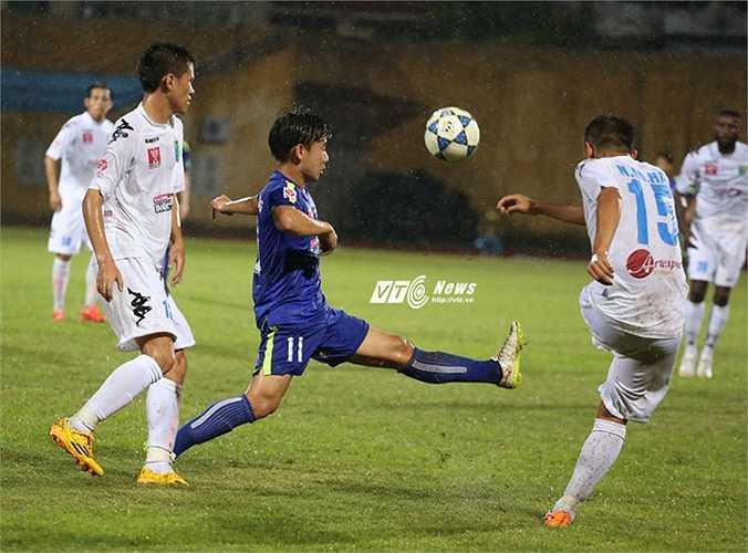 Khoảng cách giữa cầu thủ trẻ triển vọng tới đẳng cấp vô địch V-League còn rất xa. (Ảnh: Phạm Thành)