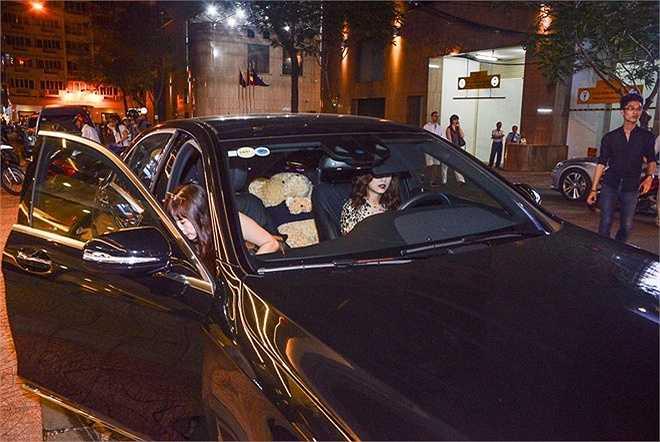 Hoàng Thùy Linh tự lái xế hộp tiền tỷ đưa mẹ đến sự kiện tối 24/6. Người đẹp đã chuyển vào TP HCM ở hẳn để tiện cho công việc. Sau một thời gian chạy show, cô đã mua nhà, mua xe.