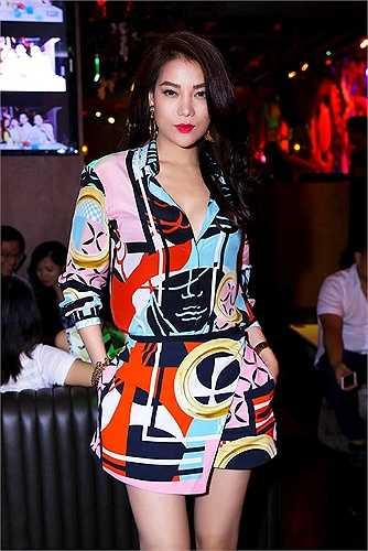 Người đẹp Hương Ga diện váy trẻ trung, quyến rũ, nổi bật trong sự kiện. Vẻ đẹp của cô thách thức cả những đồng nghiệp nhỏ tuổi.