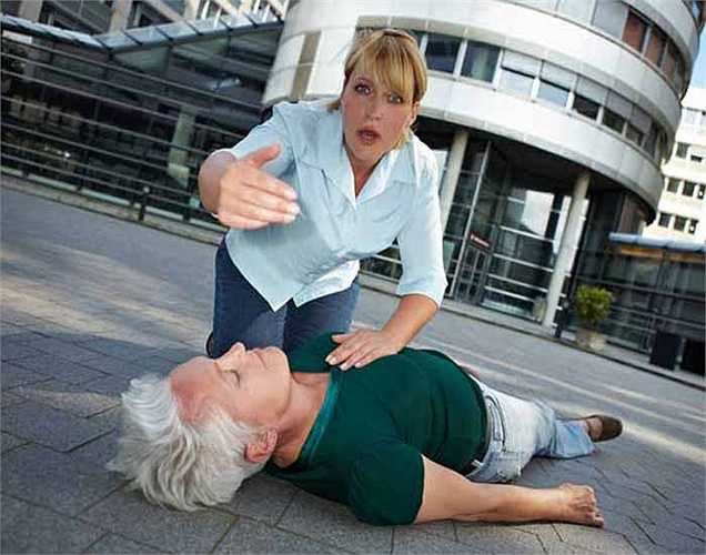 Đột quỵ: Một người thường phải tiếp xúc với khói thuốc trong thời gian dài, cũng có thể tăng các nguy cơ bị đột quỵ, vì trong máu tăng lên các cục máu đông.